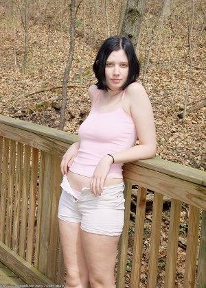 Голая брюнетка с волосатой вагиной позирует в лесу - фото 3