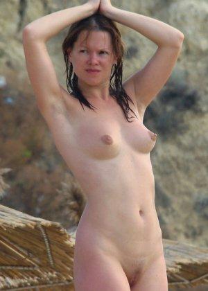 Голые молодые девушки на пляже - фото 15