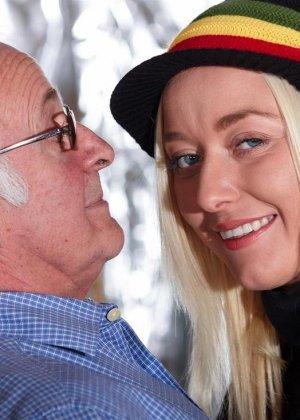 Молодая блондинка ебется со стариком - фото 2