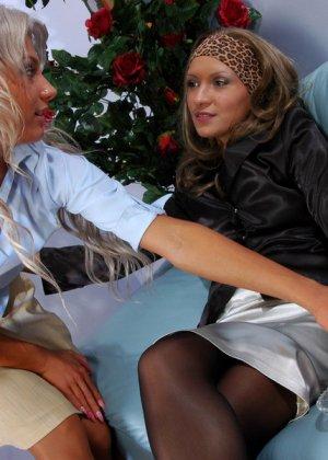 Зрелая женщина показывает молодой подруге все плюсы анального секса - фото 1