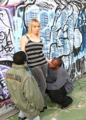 Блондинка и два негра с большими хуями - фото 2