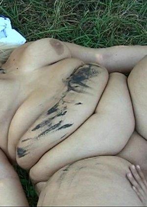 Худой парень выебал жирную женщину в лесу - фото 2