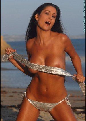 Ошеломительная девушка показывает сиськи, снимая бикини - фото 8