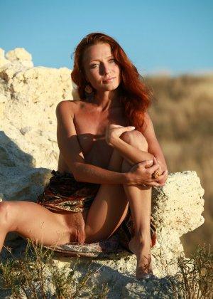 Голая худая рыжая девушка на природе - фото 7