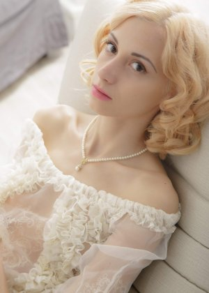 Голая худая блондинка ласкает свою киску - фото 2
