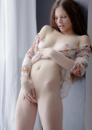 Мастурбация голой стройной девки - фото 8