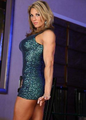 Блондинка культуристка показала мышцы и пизду - фото 2