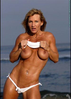 Подкачанная женщина за 40 в купальнике - фото 9