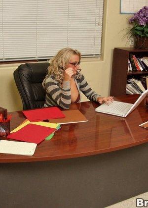 Двое трахают блондинку в офисе - фото 2