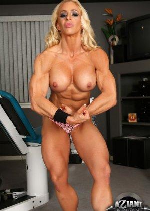Накаченная блондинка в спортзале - фото 11