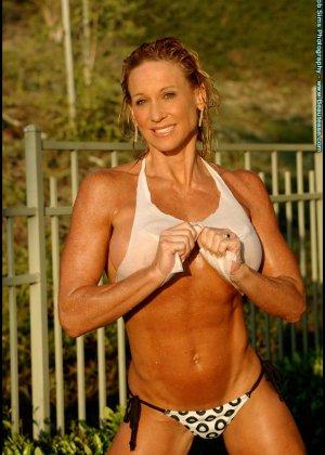 Мускулистая женщина в микро бикини - фото 9
