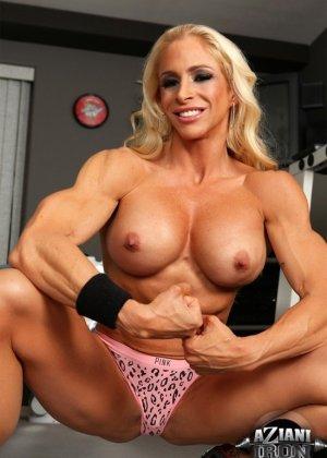 Накаченная блондинка в спортзале - фото 6