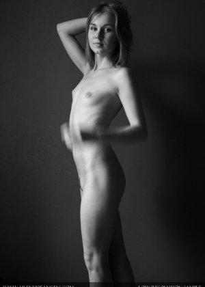 Голая телочка с плоской грудью - фото 9