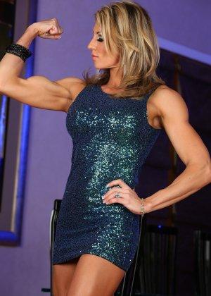 Блондинка культуристка показала мышцы и пизду - фото 1