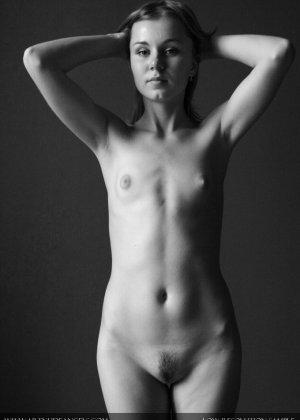 Голая телочка с плоской грудью - фото 1