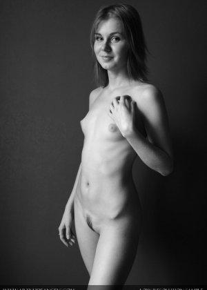 Голая телочка с плоской грудью - фото 8