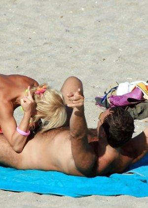 Телки делают минеты на пляже - фото 9