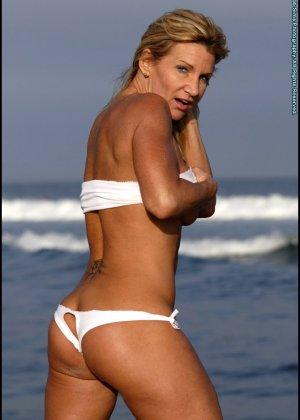 Подкачанная женщина за 40 в купальнике - фото 11