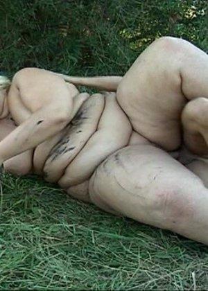 Худой парень выебал жирную женщину в лесу - фото 4