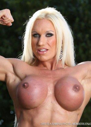 Блондинка бодибилдерша показывает мышцы и большой клитор - фото 11
