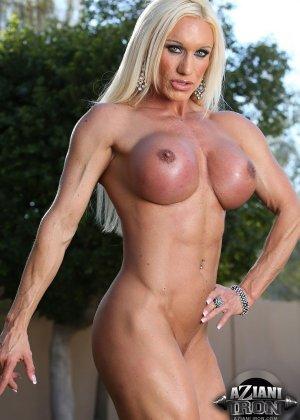 Блондинка бодибилдерша показывает мышцы и большой клитор - фото 15