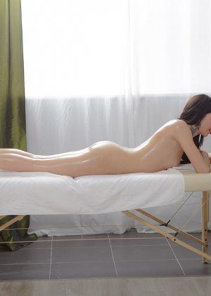 Выебал в жопу русскую девушку на массаже - фото 6