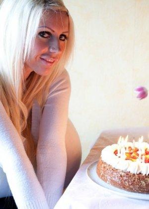 Зрелая блонда с огромной шарообразной грудью - фото 12