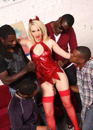 Три негра с большими членами занимаются сексом с девушкой - фото 5