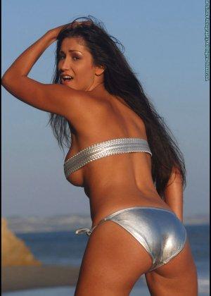 Ошеломительная девушка показывает сиськи, снимая бикини - фото 4