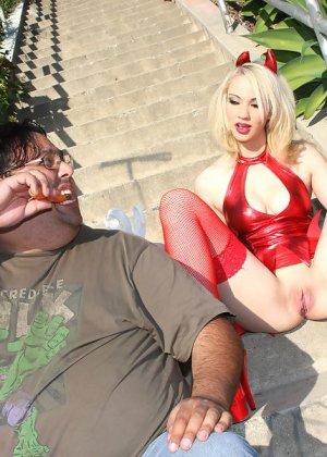 Три негра с большими членами занимаются сексом с девушкой - фото 2