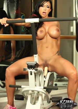 Соло зрелой брюнетки в спортзале - фото 9