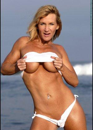 Подкачанная женщина за 40 в купальнике - фото 5