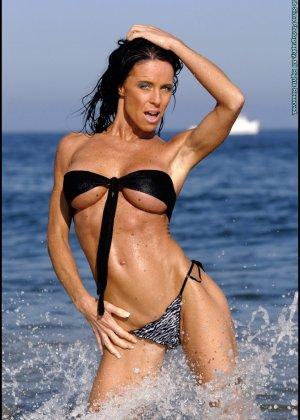 Женщина в мини купальнике на море - фото 15