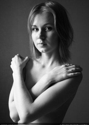 Голая телочка с плоской грудью - фото 15
