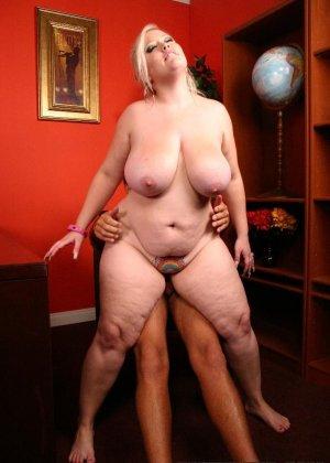 Толстая блондинка с удовольствием пососала и потрахалась - фото 12