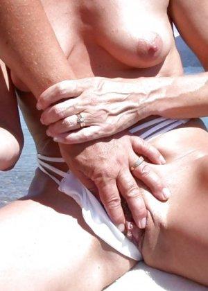 Женщины сосут на пляже - фото 9
