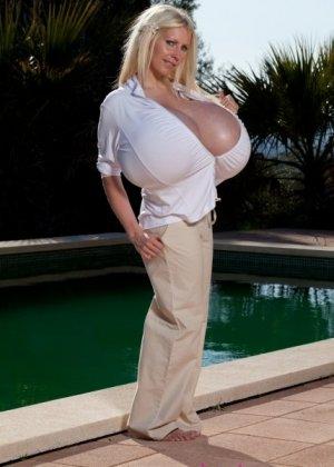 Гигантская силиконовая грудь стройной зрелой блондинки - фото 5