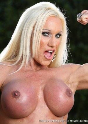 Блондинка бодибилдерша показывает мышцы и большой клитор - фото 6