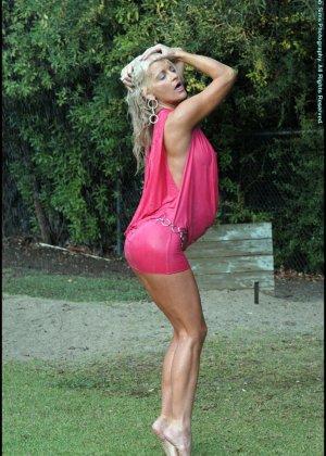 Шикарная зрелая блондинка с голой мокрой пиздой - фото 4