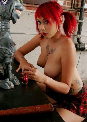 Голая рыжая девка в короткой юбке без трусиков - фото 4