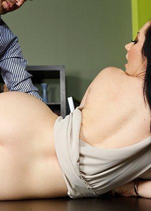 Секс с любимой брюнеткой на работе - фото 10