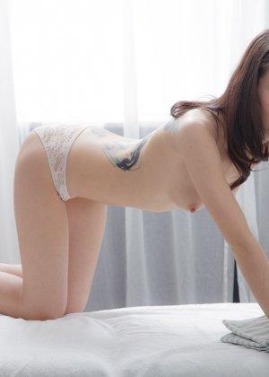 Секс со стройной девушкой на массаже - фото 2