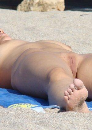 Голые женщины отдыхающие на пляже - фото 12