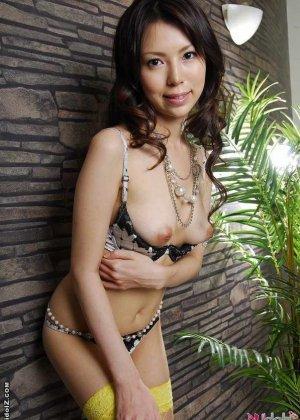 Голая азиатка с красивыми сиськами пробует вибратор - фото 5