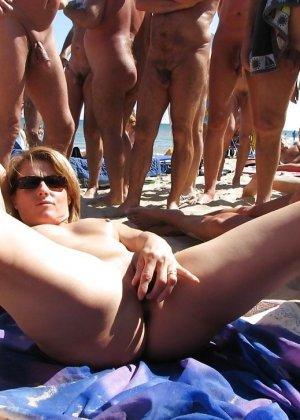 Женщины сосут на пляже - фото 15