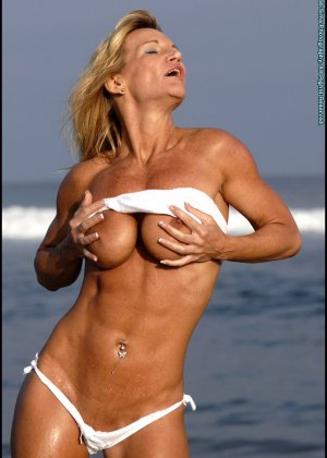 Подкачанная женщина за 40 в купальнике - фото 7