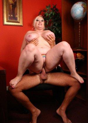 Толстая блондинка с удовольствием пососала и потрахалась - фото 7