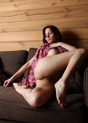 Русская девушка прячет в трусах бритую пизду - фото 8