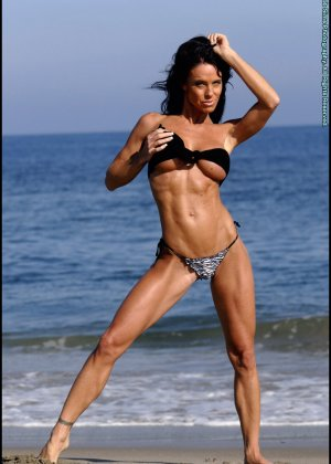 Женщина в мини купальнике на море - фото 3