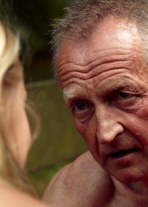 Секс пожилого мужчины с молодой блондинкой - фото 4